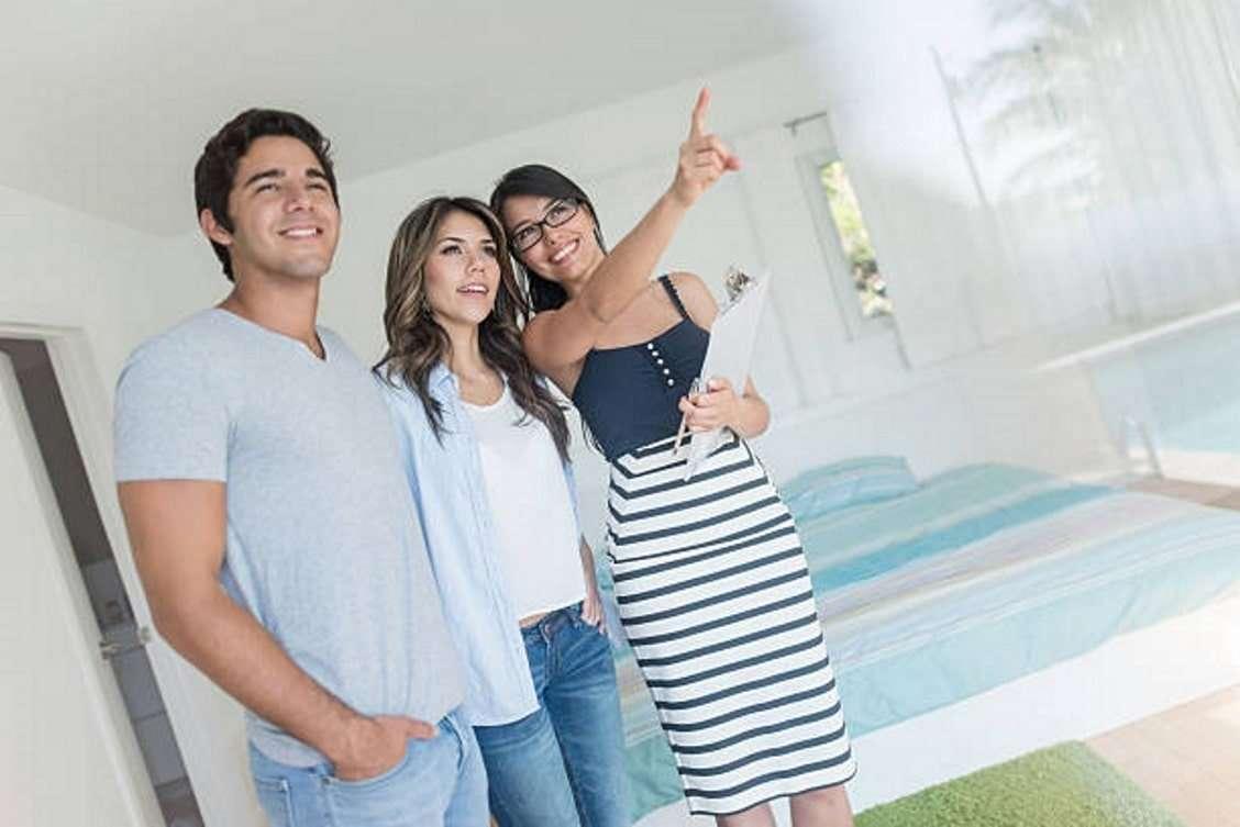 corredor-inmobiliario-mostrar-un-inmueble