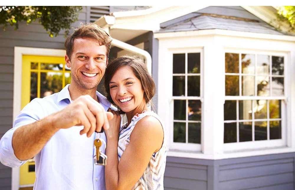Hombres-y-mujeres-frente-a-una-compra-inmobiliaria