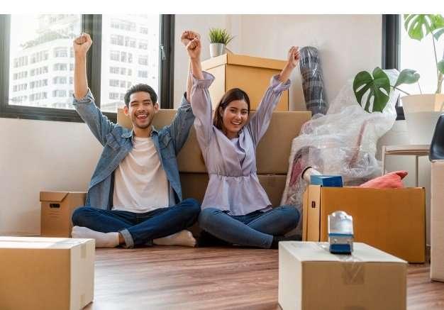 agentes-inmobilairio-vendiendo-a-hombrsw-y-mujeres